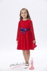 Červené krajkové šaty s modrou mašlí
