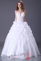 Bílé svatební šaty s velkým výstřihem