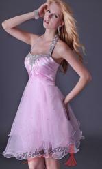 Růžové koktejlové šaty za krk