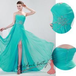Tyrkysové plesové šaty s vyšíváním.