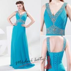 Světle modré plesové šaty na ramínkách.