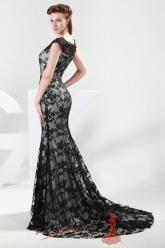 Společenské šaty černou krajkou.