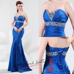 Modré společenské šaty se třpytivým korzetem.