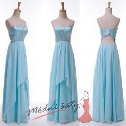 Dlouhé světle modré plesové šaty s holými zády.