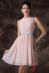 Světle růžové koktejlové šaty s korálky v pase