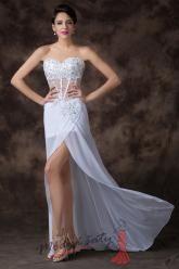 Odvážné bílé plesové šaty
