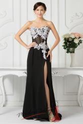 Černé plesové šaty s bílou výšivkou a vysokým rozparkem