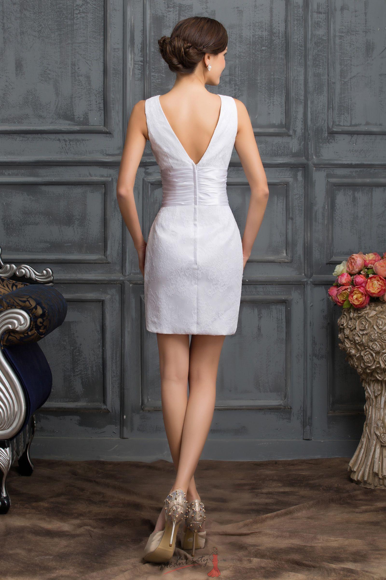 Úzké koktejlové šaty bílé barvy zdobené krajkou 2b2c81bf10